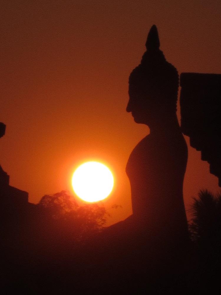 Steinbuddha transendiert sein Herz aus dem Körper. Jeden Tag!