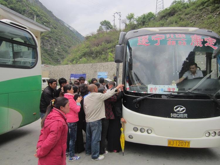 Prinzip Trichter: DAs Innere des Busses stellt die große Öffnung dar. Die Tür die kleine. Alle Taxifahrer stehen vor der kleinen Öffnung. Nicht möglich unentdeckt vorbei zu kommen.