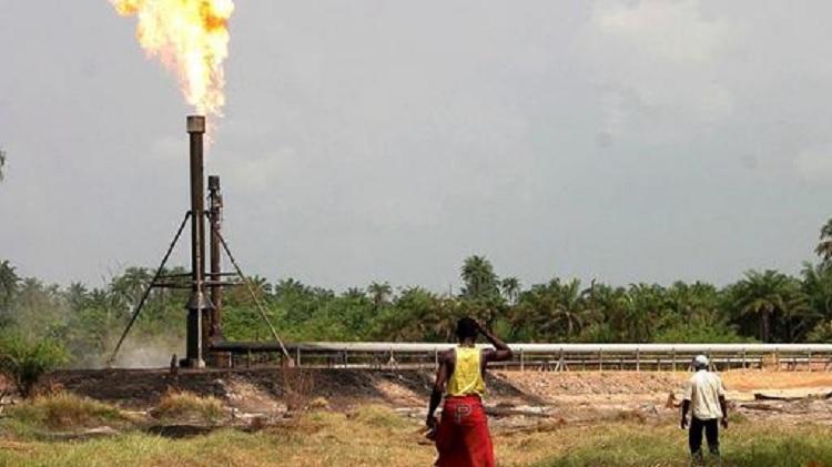 Nebenprodukt bei Ölförderung. Erdgas. Das es sich nicht rechnet verbrennt man es. Danke lieber Nachbar! (S)hell! (Bild aus dem Äther: Nigeria)