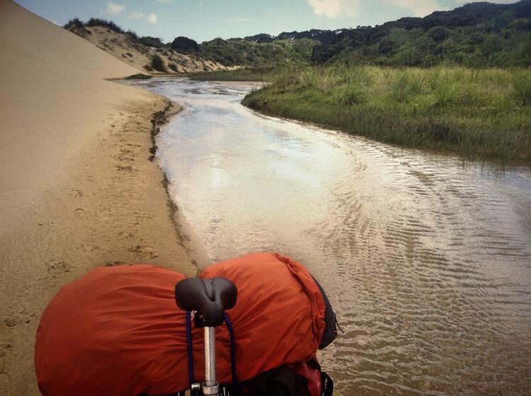 Heute machen wir mal was anderes. Jimy auf Abwegen. Flussradeln bis zum großen Nass.