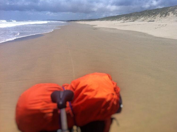 Fahrrad fahren am Strand ist mal was nur der Bock sieht grauenhaft danach aus. Hatte wieder mal kein Glück mit dem Wind. Normal kommt der vom Norden und bläst die Radler den Strand entlang. Bei mir gab es Seite und Head wind gemixt.