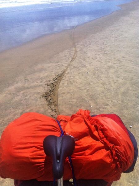 Schlau Jimy hat die falsche Zeit gewählt und hat die Flut abbekommen! Somit bin ich nur 30 km am Strand geradelt anstatt 80. Manchmal musste ich vor dem Wasser in den tiefen Sand flüchten.