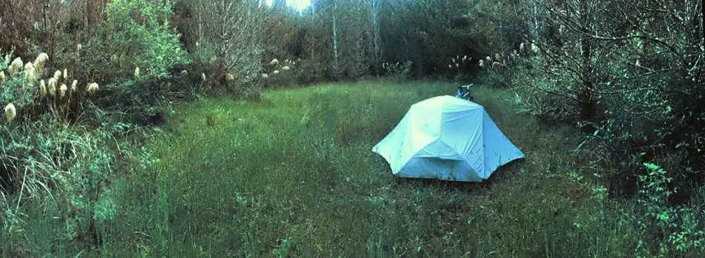 Endlich mal ein richtig versteckter Zeltplatz in einem privaten Reihe in Glied Wald. Absurdistan! Da kannst du eben vergessen das du am Morgen dein Zelt trocken bekommst. 2 kg mehr mit macht ja nichts.