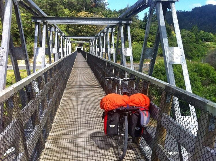Der Rail Trail führt auch über Brücken und durch Tunnel. Macht Spass!