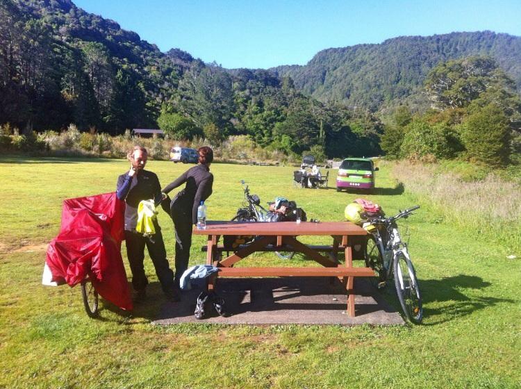 Mary und Luiq beim Morgenstretsching! Ein französisches Pärchen mit denen ich 1 Tag geradelt bin. War nett!