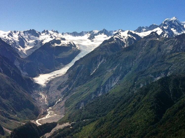 Von oben hat man einen guten Blick auf den Fox Gletscher und die hohen Berge dahinter.