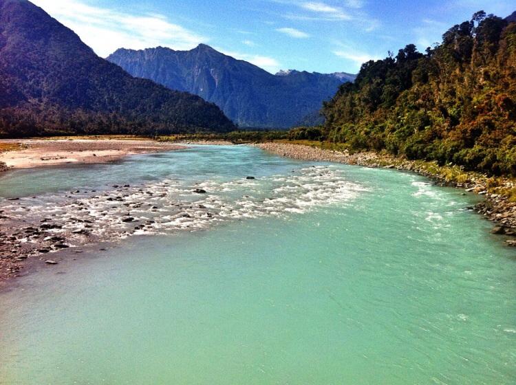Wieder mal ein farbenfroher Fluss mit Bergen im Hintergrund.